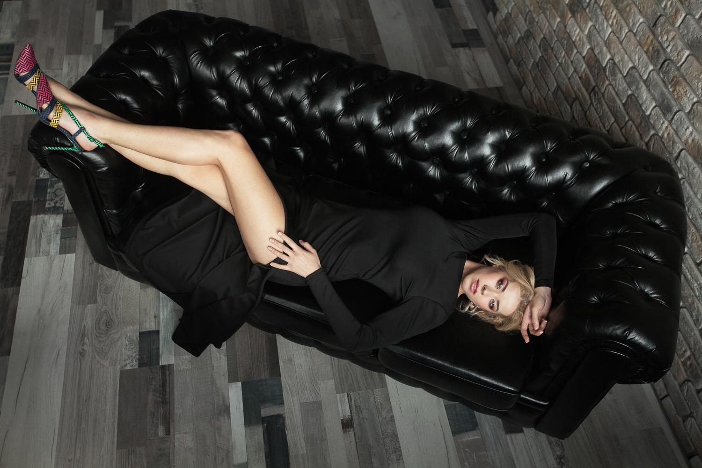 Черное платье с разрезом в прокат
