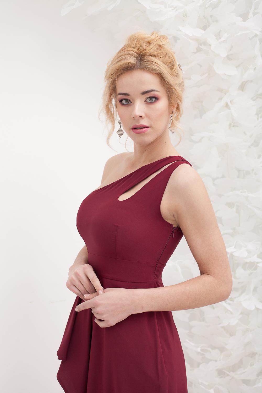 Бордовое асимметричное платье в прокат